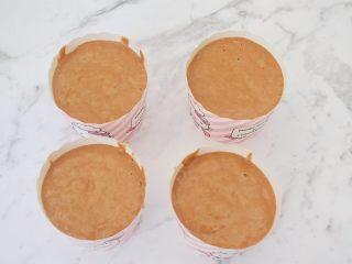 红糖发糕,然后再把面糊倒入纸杯中,没有纸杯可用碗,碗要先刷油防粘
