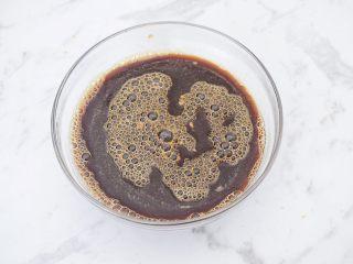 红糖发糕,边加入温水边搅拌,搅拌至红糖融化