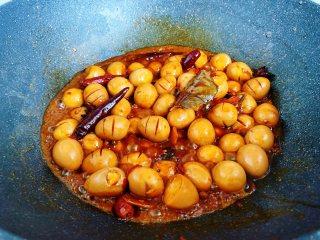 香卤鹌鹑蛋,中火煮至还有点汤汁的时候即可关火,卤好的鹌鹑蛋泡在汤汁里更入味。
