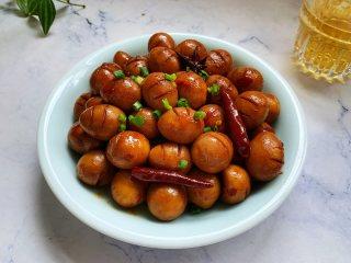 香卤鹌鹑蛋,将卤好的鹌鹑蛋盛入盘子里,然后撒上切好的葱花,就可以开吃了。
