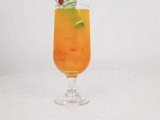 夏日微醺饮品,冰爽消暑去疲劳,精神一整天,将白朗姆酒开瓶,斜放入杯中