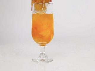 夏日微醺饮品,冰爽消暑去疲劳,精神一整天,沿冰块倒入适量天香茉莉茶汤