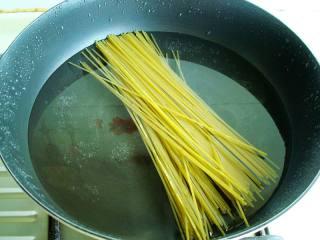 家常炒意面 ,把意大利面凉水下锅大火煮开