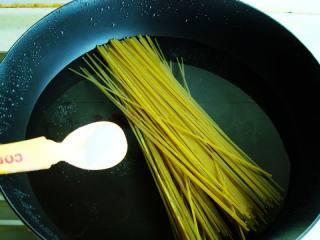 家常炒意面 ,加一点盐,这样可以更快的煮熟又入味