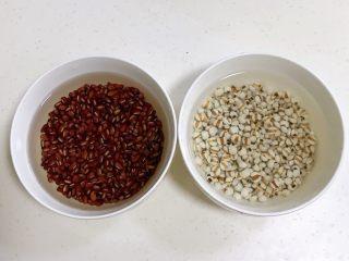 红豆薏米甜酒酿,赤小豆和薏米用清水浸泡一个晚上,天热请放在冰箱内冷藏过夜。