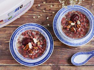 红豆薏米甜酒酿,若是当早餐可以提前一晚把食材放入BB煲中预约起,第二天早起就有热腾腾的红豆薏米甜酒酿吃了!