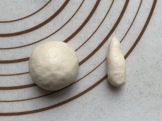 仿真蘑菇包,取一面团,切下来1/4,大的揉圆,小的搓成水滴状,分别做好,放在油纸上。