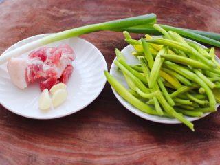 黄花菜炒肉片,首先备齐所有的食材,红椒忘记拍照了。