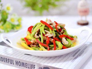 黄花菜炒肉片,鲜美可口又营养丰富的黄花菜炒肉片就出锅咯,绝对的下饭菜和下酒菜,一上桌立马被秒光了。