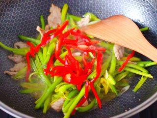 黄花菜炒肉片,放入切丝的红椒。