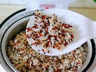 糯米藜麦鸡胸时蔬烧菜,提前把藜麦糯米饭用电饭煲做好,我用的一半三色藜麦,一半糯米做的,可以根据个人喜欢来。