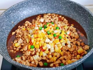 糯米藜麦鸡胸时蔬烧菜,加入准备好的,玉米粒,豌豆,胡萝卜丁。