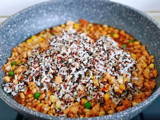糯米藜麦鸡胸时蔬烧菜,转小火,加入做好的藜麦糯米饭。
