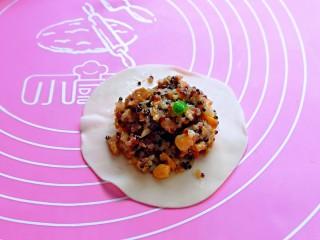 糯米藜麦鸡胸时蔬烧菜,再盛一勺烧麦馅,馅料多少可以根据个人喜欢来,但是不建议放太少,那样不好看。