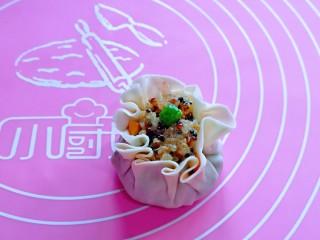 糯米藜麦鸡胸时蔬烧菜,虎口手法捏起来,露出一点馅料更好看,如图。
