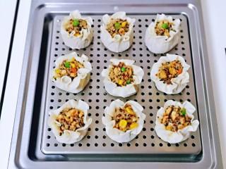 糯米藜麦鸡胸时蔬烧菜,依次包完,放在蒸屉上。