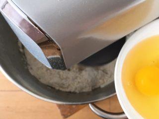 椰蓉酸奶味面包,倒入鸡蛋。