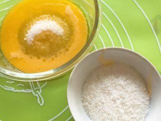 椰蓉酸奶味面包,倒入鸡蛋液和细砂糖。