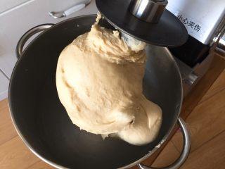 椰蓉酸奶味面包,厨师机揉面12分钟的状态。