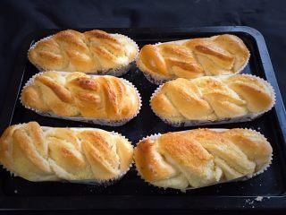 椰蓉酸奶味面包,烤完立即拿出冷却,漂亮的面包就完成了。