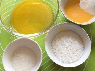 椰蓉酸奶味面包,黄油放微波炉加热成液体,其余材料过秤,鸡蛋打散。