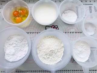 卡通蒸蛋糕,将材料称出来。鸡蛋按照重量称在一个碗里,不需要分离,因为全程制作是直接混合就可以了。