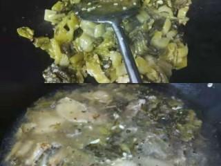 家常版酸菜鱼,用一半的姜末和蒜蓉爆香,油尽量多放,倒入酸菜,炒出香味,将泡椒放入翻炒,然后再将煎好的鱼头鱼骨之类倒进去,倒入泡椒水,再加大量清水,加1/3碗黄酒,加入剩下的姜蒜的一半,盖上锅盖