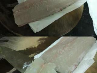 家常版酸菜鱼,鱼肉切片,鱼肉两面都擦干水,鱼皮那边用厨房纸垫着防水滑,切鱼肉向着鱼尾方向,贴着鱼刺切,这样的鱼片煮的时候才不会散开,切鱼片时想要不打滑,除鱼肉和案板保持干爽外,这样切鱼片就更加没压力了,鱼片要嫩除<a style='color:red;display:inline-block;' href='/shicai/ 17/'>蛋清</a>定粉以外,刀工也很重要。刀要锋利。