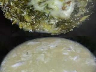 家常版酸菜鱼,大火煮开,小火炖20分钟左右,过程注意水份不足要添加,然后加盐鸡精味精调味,不喜欢鸡精味精的可以不放加少许糖替代,将锅里的鱼和酸菜捞出来放入装成品的大汤盘里,剩下奶白色的鱼汤。鱼汤大火煮开后,鱼腹鱼片一起倒入,立刻用筷子打撒,然后就等鱼肉边缘变白色,立刻关火,快速捞起,铺在鱼骨酸菜上面,不需要等汤煮开,捞好鱼片后,重新将汤煮开,倒入成品盘子里,七八分满就好。