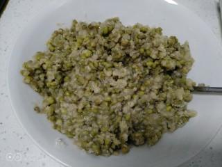绿豆饼,搅拌均匀。