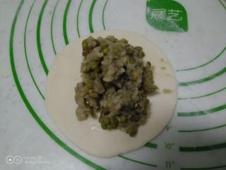 绿豆饼,包入馅料。