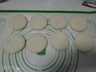 绿豆饼,收口朝下用手掌压扁。