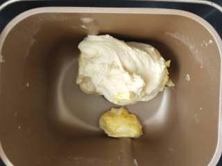 夺命软土司(一次发酵),3、揉成团后(约10分钟)加入软化的黄油继续揉。