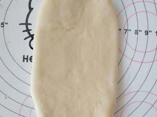 夺命软土司(一次发酵),6、取面团擀成椭圆形,翻面。
