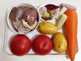 番茄土豆牛腩汤,准备好需要的食材。