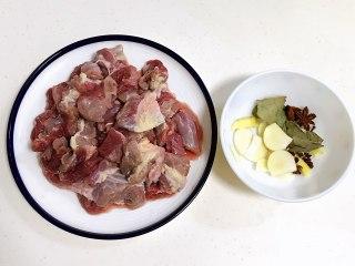 番茄土豆牛腩汤,牛腩用清水浸泡半小时去去血水,然后洗净沥干用刀切块,姜、蒜、葱叶切好。