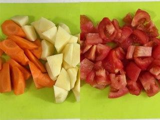 番茄土豆牛腩汤,胡萝卜、土豆和番茄去皮切块。
