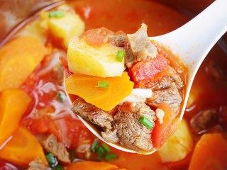 番茄土豆牛腩汤,炖煮结束撒少许葱花。