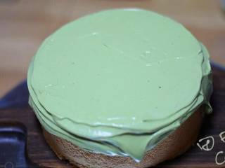 超级简单快手的抹茶爆浆蛋糕,剩余的抹茶奶油倒在蛋糕顶部,用抹刀抹平。(这部分奶油不用加巧克力豆了)
