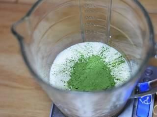 超级简单快手的抹茶爆浆蛋糕,抹茶奶油制作步骤:淡奶油、细砂糖和抹茶粉,搅匀。加入粉类的淡奶油极其容易打发过头。所以我直接没用电动打蛋器,用手动搅匀即可。建议抹茶粉提前用一部分淡奶油先搅拌至融化。