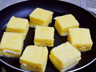 沙拉酱西多士,不粘锅刷少许食用油,再放入吐司块
