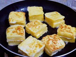 沙拉酱西多士,小火煎至两面金黄色