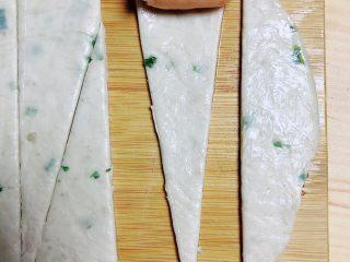 葱油飞饼香肠卷,将小香肠放入宽的一侧慢慢卷起来。