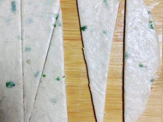 葱油飞饼香肠卷,将葱油味飞饼从冰箱拿出回温,切成等腰三角形。(宽度刚好能放下一根香肠)