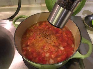 培根蔬菜汤,加黑胡椒粉