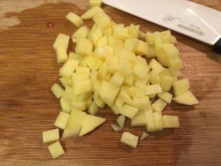 培根蔬菜汤,马铃薯切丁