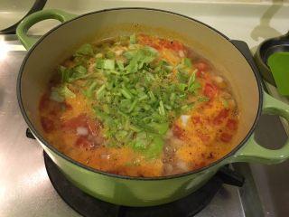 培根蔬菜汤,这时候把卷心菜丁、芹菜丁放进去