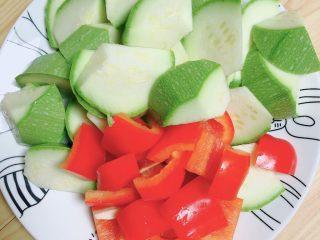 照烧鸡胸蔬菜酿皮,将西葫芦滚刀切块儿、红椒切块备用。