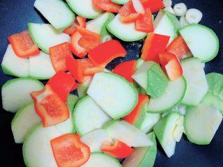 照烧鸡胸蔬菜酿皮,放入西葫芦和红椒,翻炒均匀。