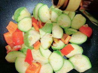照烧鸡胸蔬菜酿皮,再加入一些照烧汁,翻炒均匀。